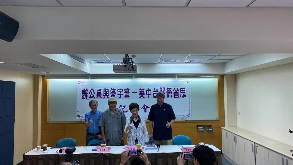 呂秀蓮出席「從辦公桌與簽字筆談雙兩岸關係」記者會前受訪,談及釣魚台主權問題。(翻攝自呂秀蓮臉書)