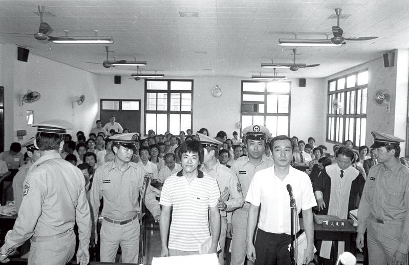 陳啟禮(右)及吳敦(左)奉情報局之命,到美國刺殺江南而遭台灣政府逮捕。 (中央社)