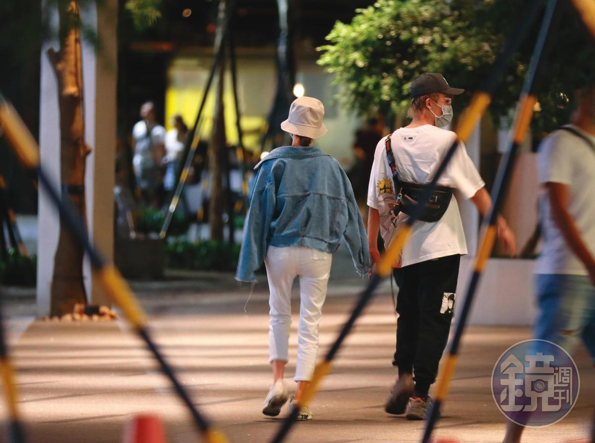 6/13 20:27,逛完街後沒買任何東西,酷炫(右)就牽著雪乳辣妹(左)取車離開。