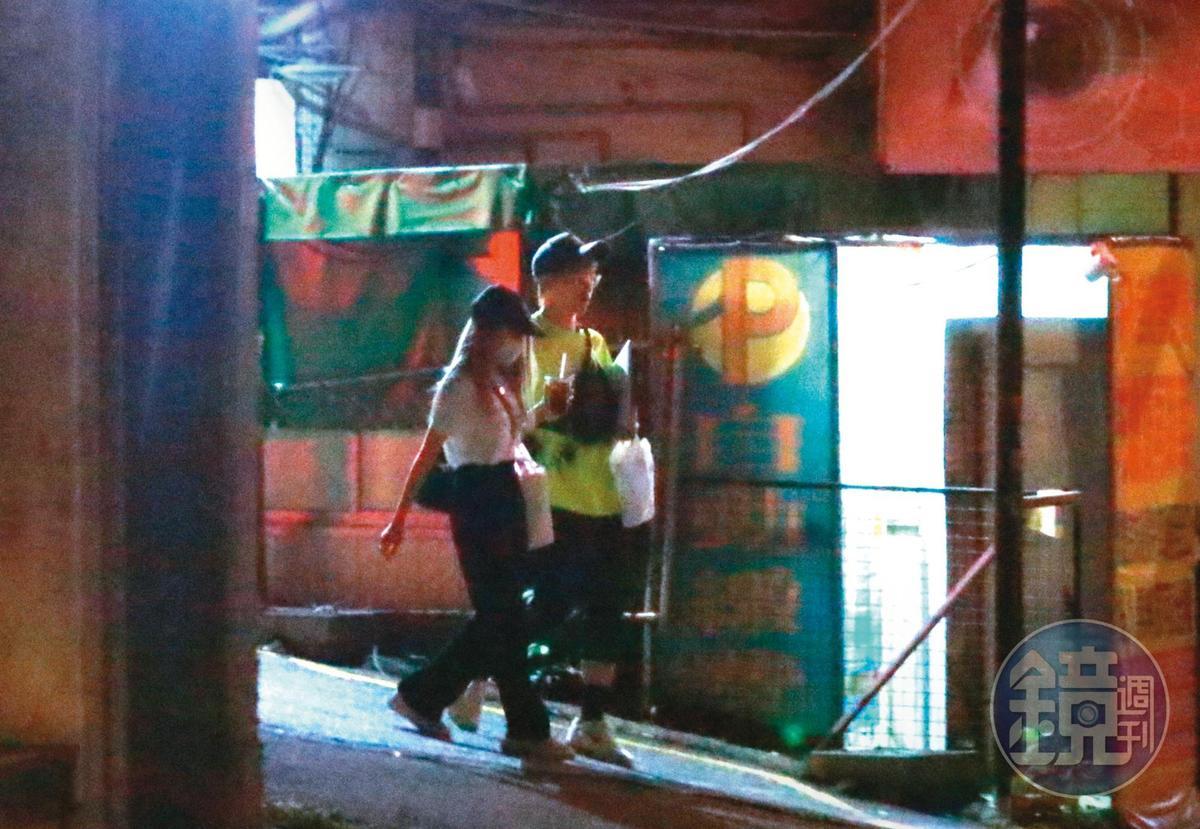 9日晚間近11點,酷炫(右)和瑀熙(左)走進一棟住商大樓,直到隔天凌晨4點都沒見到2人離開。