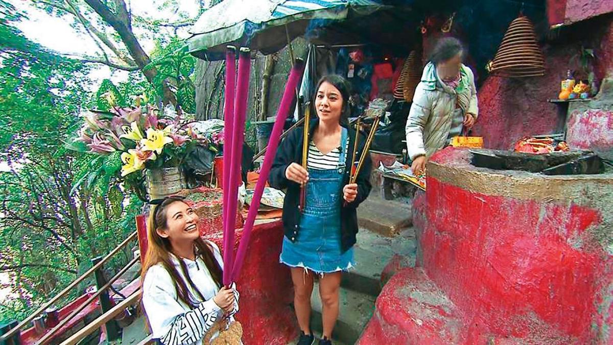 愷樂(左)熱衷拜神,4年前到香港錄製 《食尚玩家》, 曾和莎莎(右)在姻緣石前虔誠猛拜,口中念念有詞「希望拜完的一年後,就可以遇到生命中那個對的人。」(TVBS提供)