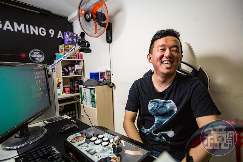 由於格鬥遊戲打法怪異、難以被預測,林家弘被玩家取了外號「ET」,後來成為他的玩家代號。採訪這天他也穿著外星人服裝受訪。