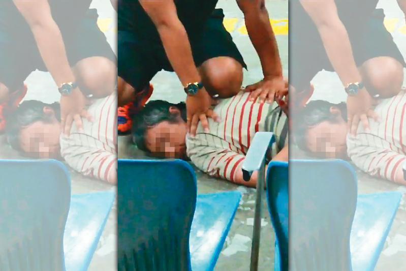 1年前,男子鄭再由因思覺失調發作,於台鐵上刺殺鐵路員警李承翰。日前判決出爐獲判無罪,引發輿論譁然。