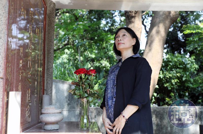 這天楊翠與母親、弟弟來楊逵夫妻墓地掃墓。父親退休後曾細心打理植栽,現在更顯翠綠。