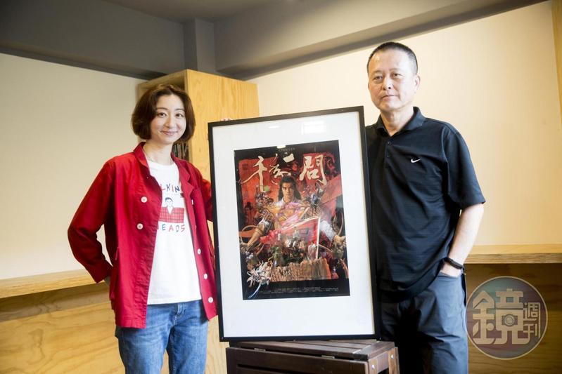 導演王婉柔(左)與攝影師韓允中合作拍攝紀錄片《千年一問》。