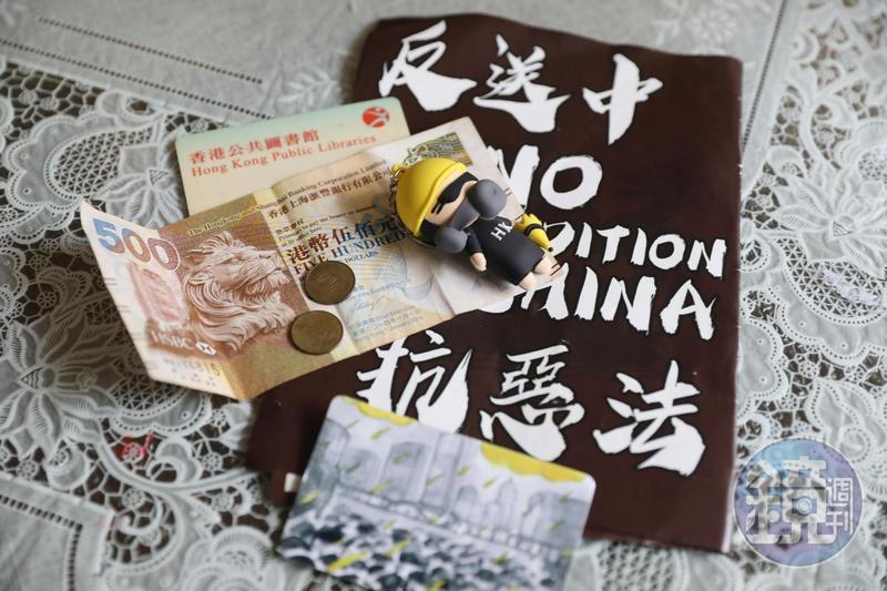 阿俊還留著來台時帶在身上的港幣和圖書證,以及一隻港人寄到台灣表示支持的公仔。