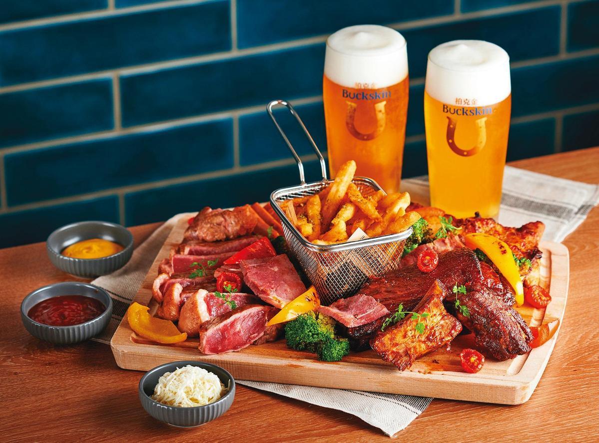 柏克金啤酒餐廳推出「5款經典歐陸肉食料理」與「12款柏克金鮮釀啤酒」吃到飽組合,就怕大胃王不來。(899元/人)