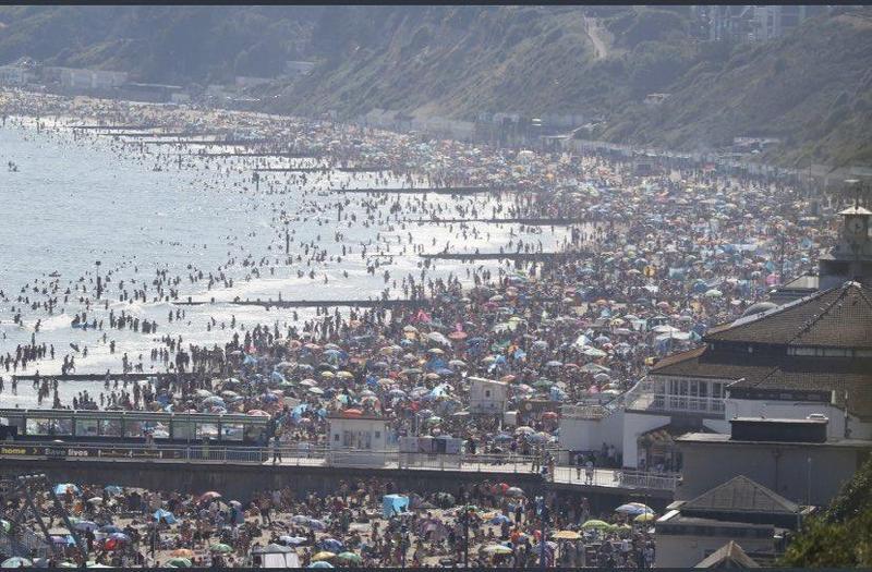 英國南方的多塞特郡人潮擠爆海灘,湧入50萬名遊客。(翻攝自Tobias Ellwood MP推特)