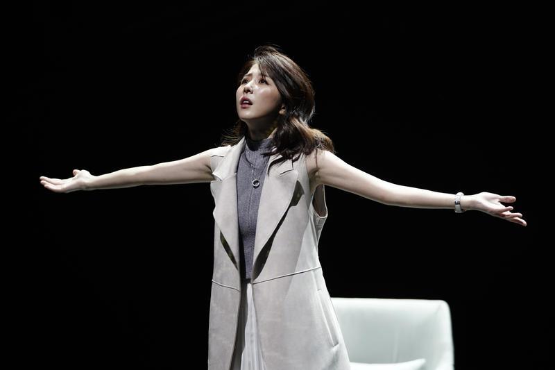 邵雨薇首次演出舞台劇,就挑大梁演出已故戲劇泰斗李國修於15年前公演的《昨夜星辰》。(寬宏藝術提供)
