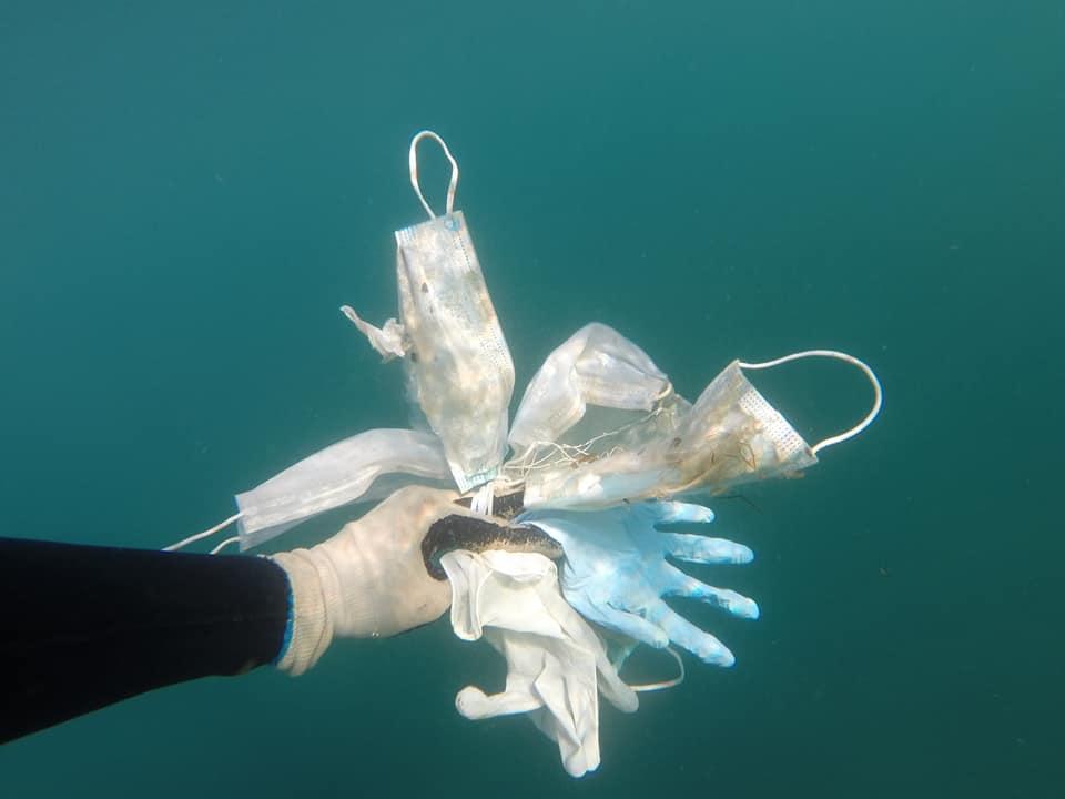 法國NGO組織在海底打撈到大量防疫用外科口罩和橡膠手套。(翻攝自Opération Mer Propre粉絲專頁)