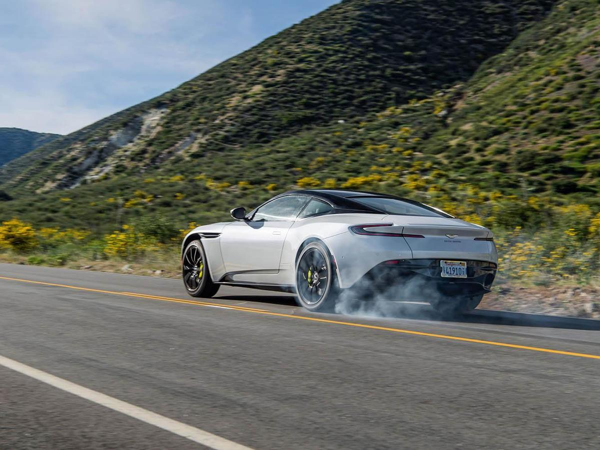 跑車的坐姿和視野與一般車輛相比有相當大的差異,做好防禦駕駛是相當重要的。