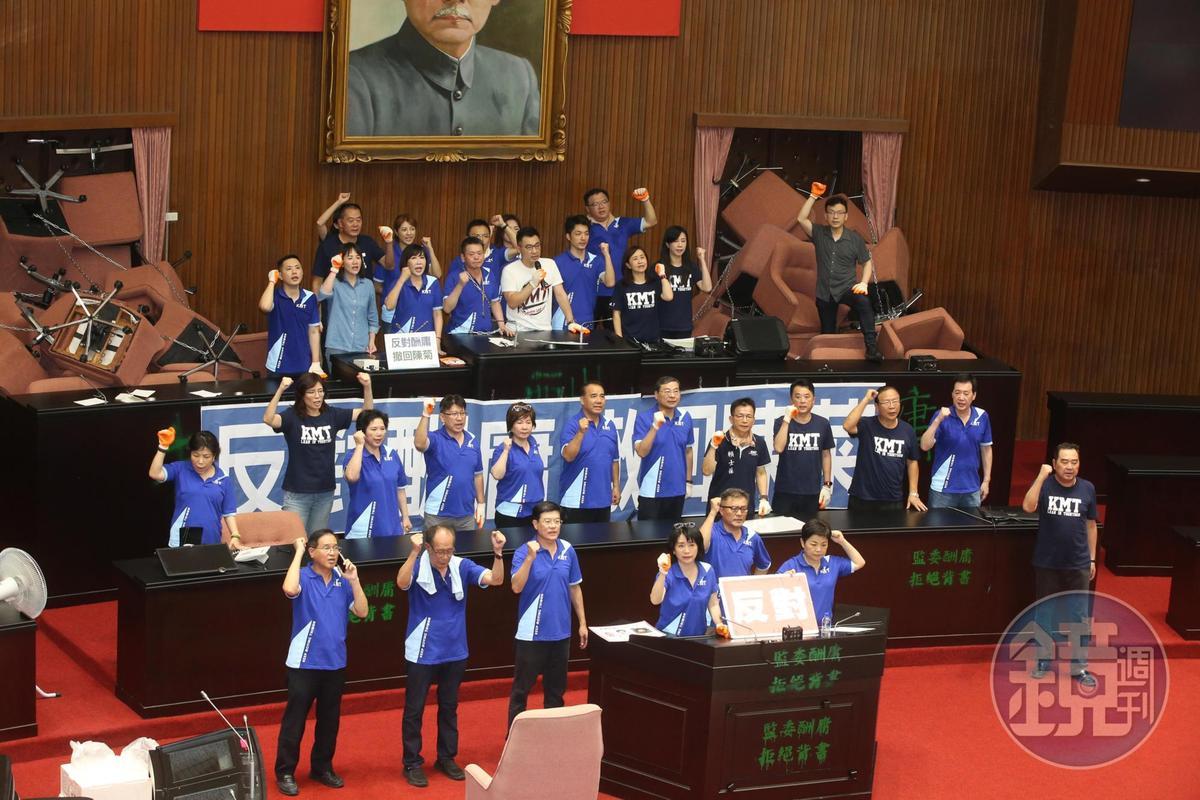 國民黨立委今早持續佔領議場,痛批民進黨踐踏人民的國會。