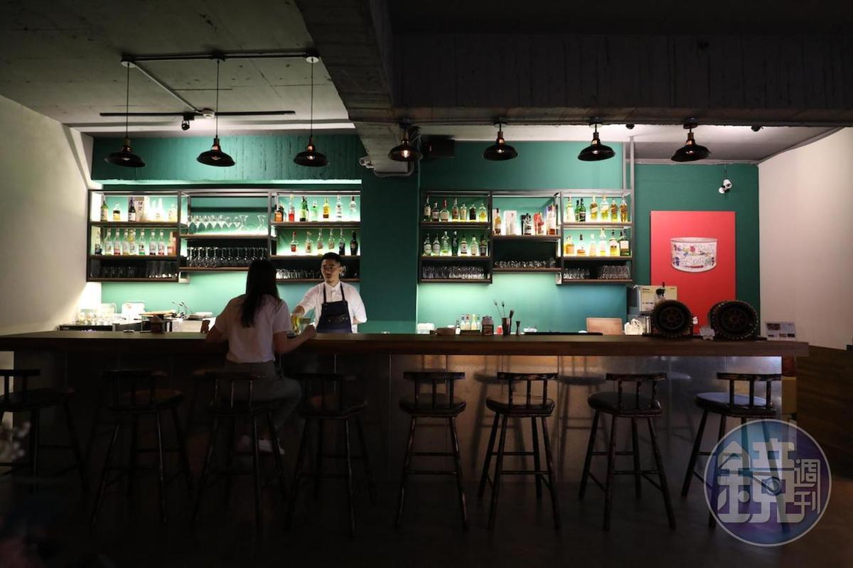 在吧檯區開個罐頭、點杯酒,罐頭酒吧「mr‧kanso」就是恣意的續攤選擇。