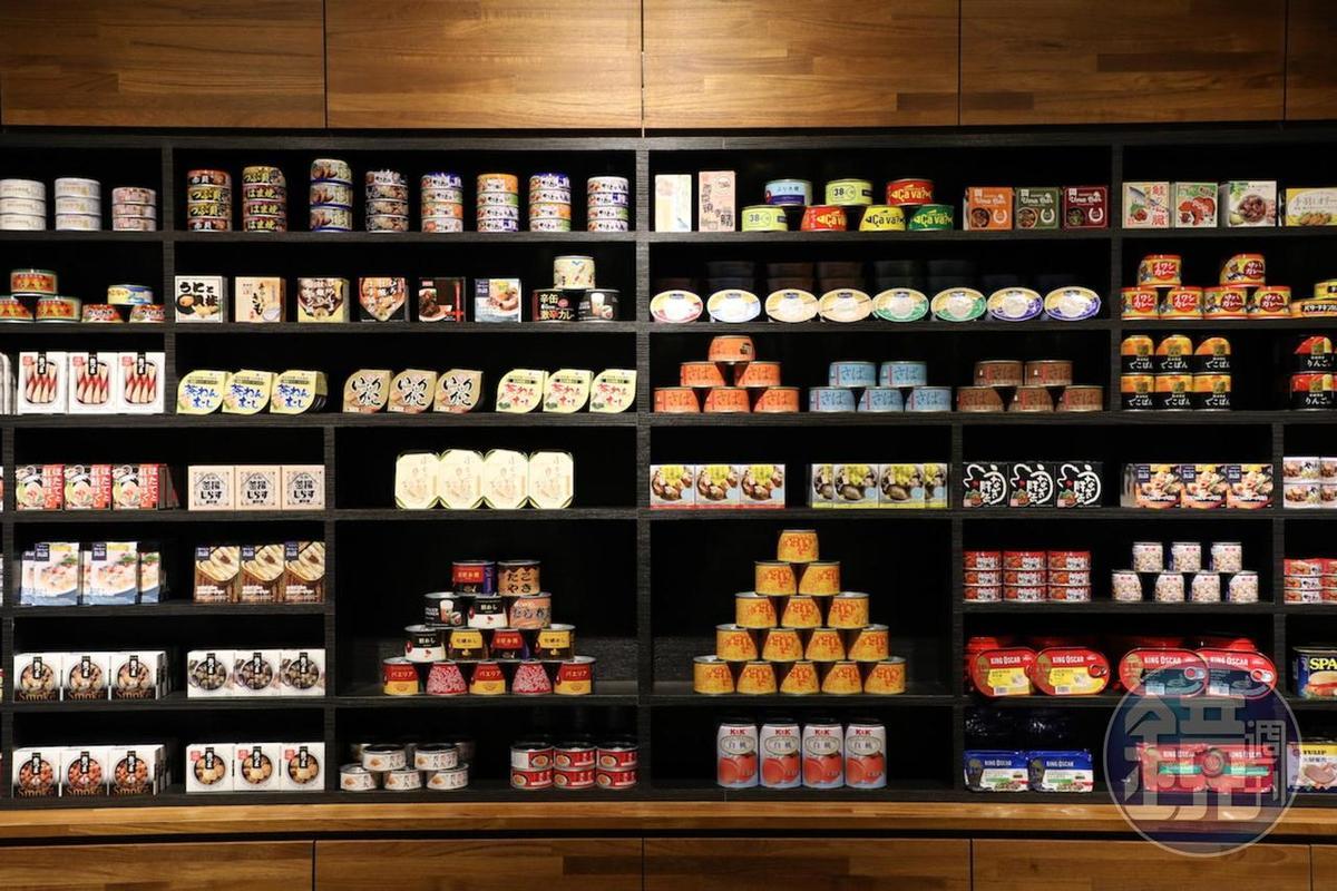 罐頭酒吧「mr.kanso」台灣1號店,迎門處是一整面罐頭牆。