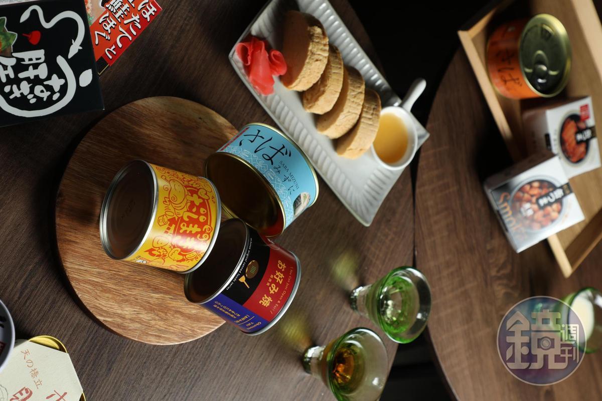 「京都高湯玉子燒」口感綿潤,雞蛋捲吸潤飽滿的高湯。(圓型木盤上的黃色罐頭,299元/罐上黃色罐頭,299元/罐)