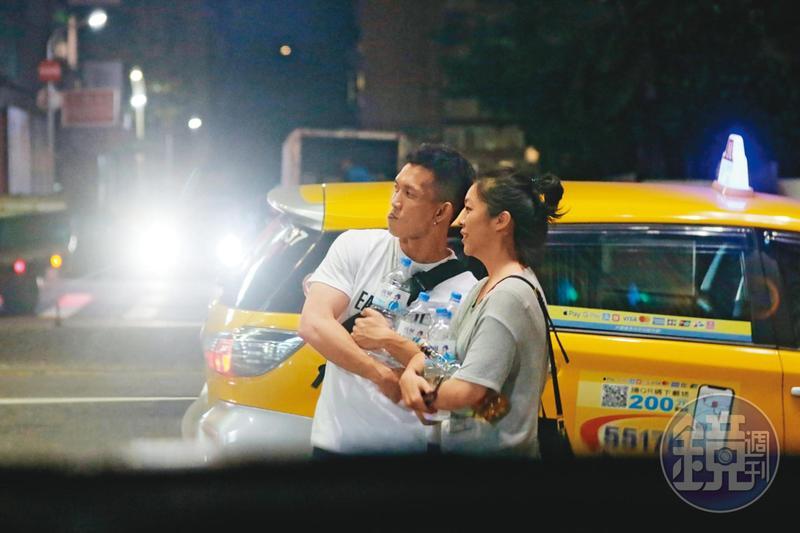 本刊直擊,黃尚禾(左)帶新女友(右)與友人在北市東區錢櫃唱歌聚會後,手上抱著一堆沒喝完的水和酒。