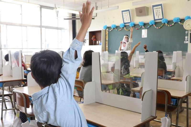 因應疫情,日本埼玉縣鶴島市一間學校在課堂上使用醫用面罩。(翻攝自推特)