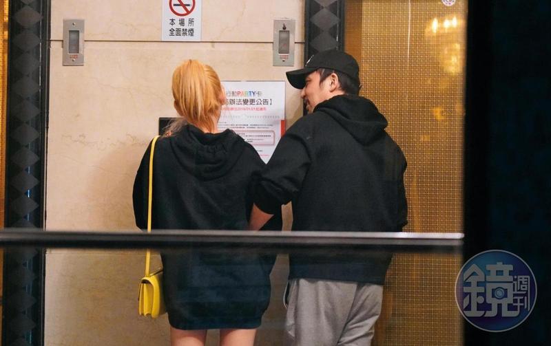 李進良去年底和E奶網紅新歡「鳥鳥」,兩人手牽手去唱KTV,互動親暱。