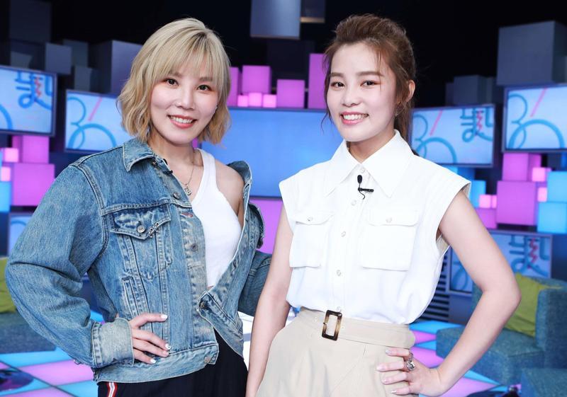 李佳薇、李佳歡(左、右)同上公視談話節目《36題愛上你》。(公視提供)