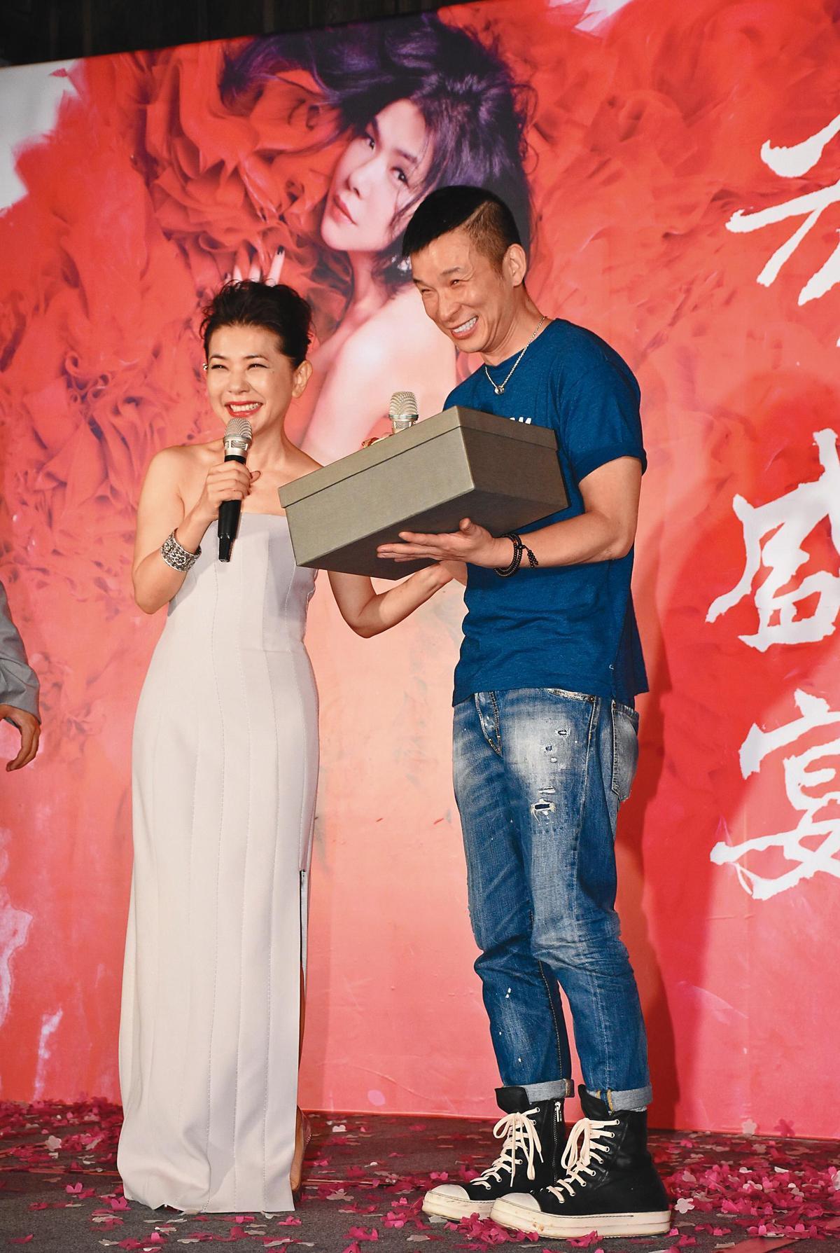張清芳(左)舉辦「芳華盛宴」演唱會,請出好友陳鎮川(右)擔任演唱會總監。(東方IC)
