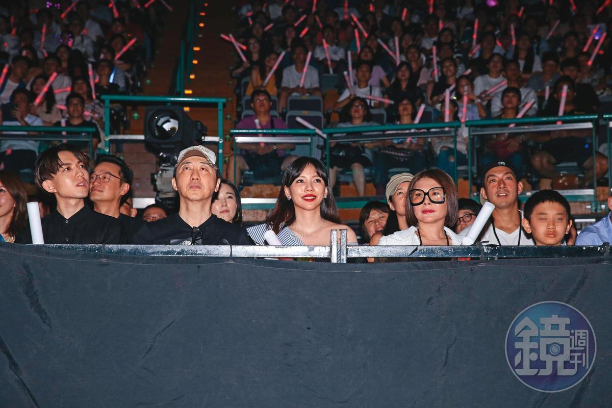 個性活潑的張清芳(前排右二)搬回台灣定居後,經常出席演藝圈活動。前排左起為林宥嘉、庾澄慶與李靚蕾。