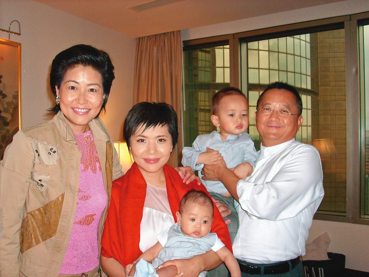 張清芳(左2)與宋學仁(右1)結婚後,育有2子,一家四口相當和樂。左1為名媛陸莉玲。(陸莉玲提供)