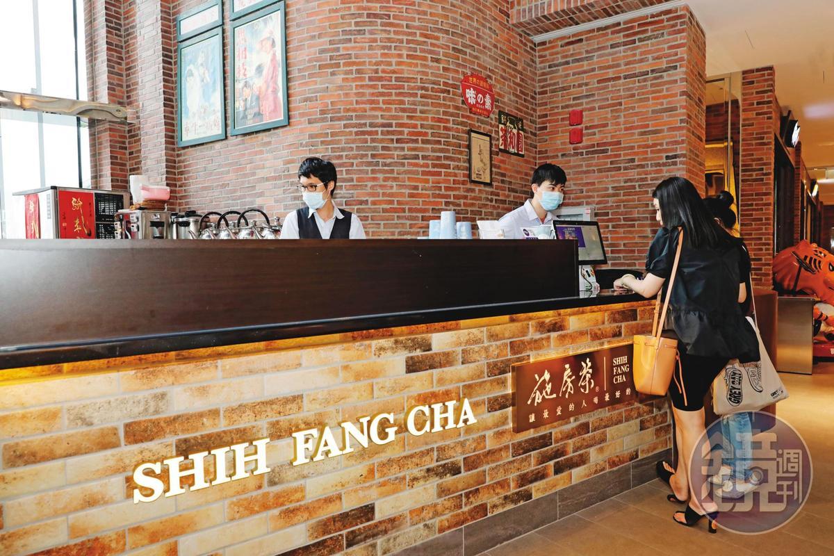手搖飲品牌「施房茶」以用料高級聞名,如今卻遭資深女會計竊走配方機密,和馬來西亞假富商到麻六甲準備展店。