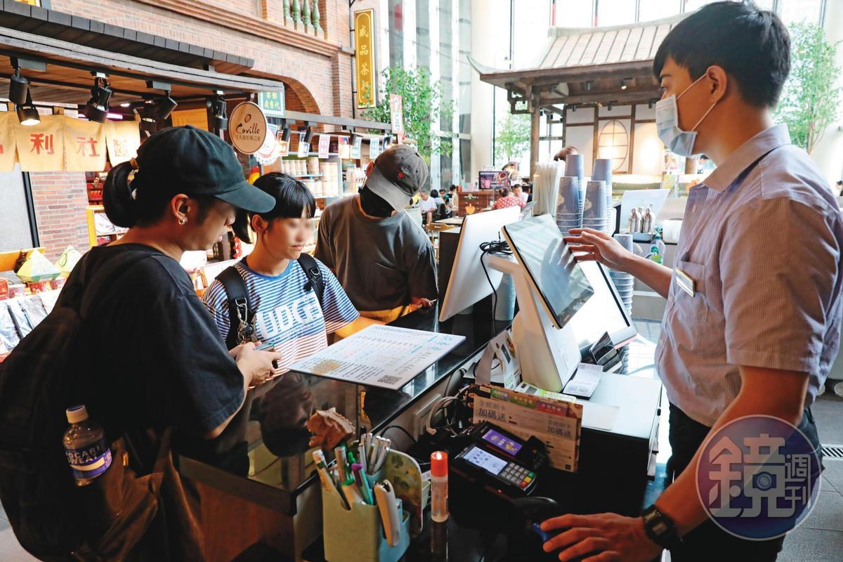 施房茶近期在台北信義A13展櫃,即使一杯要價不斐,仍吸引不少顧客上門嘗鮮。