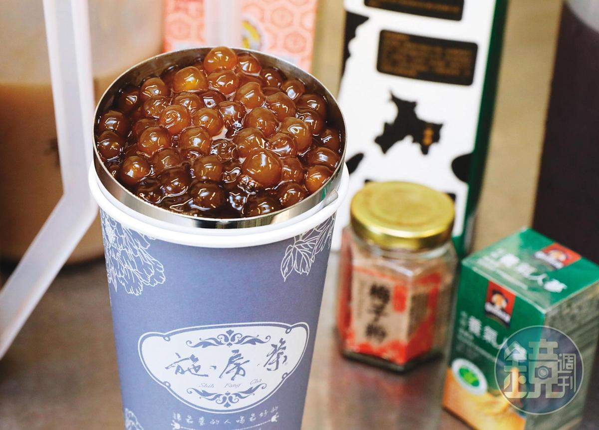 施房茶自創的「雪珠人蔘鮮奶烏」大杯要價255元,被稱為全台最貴珍奶。