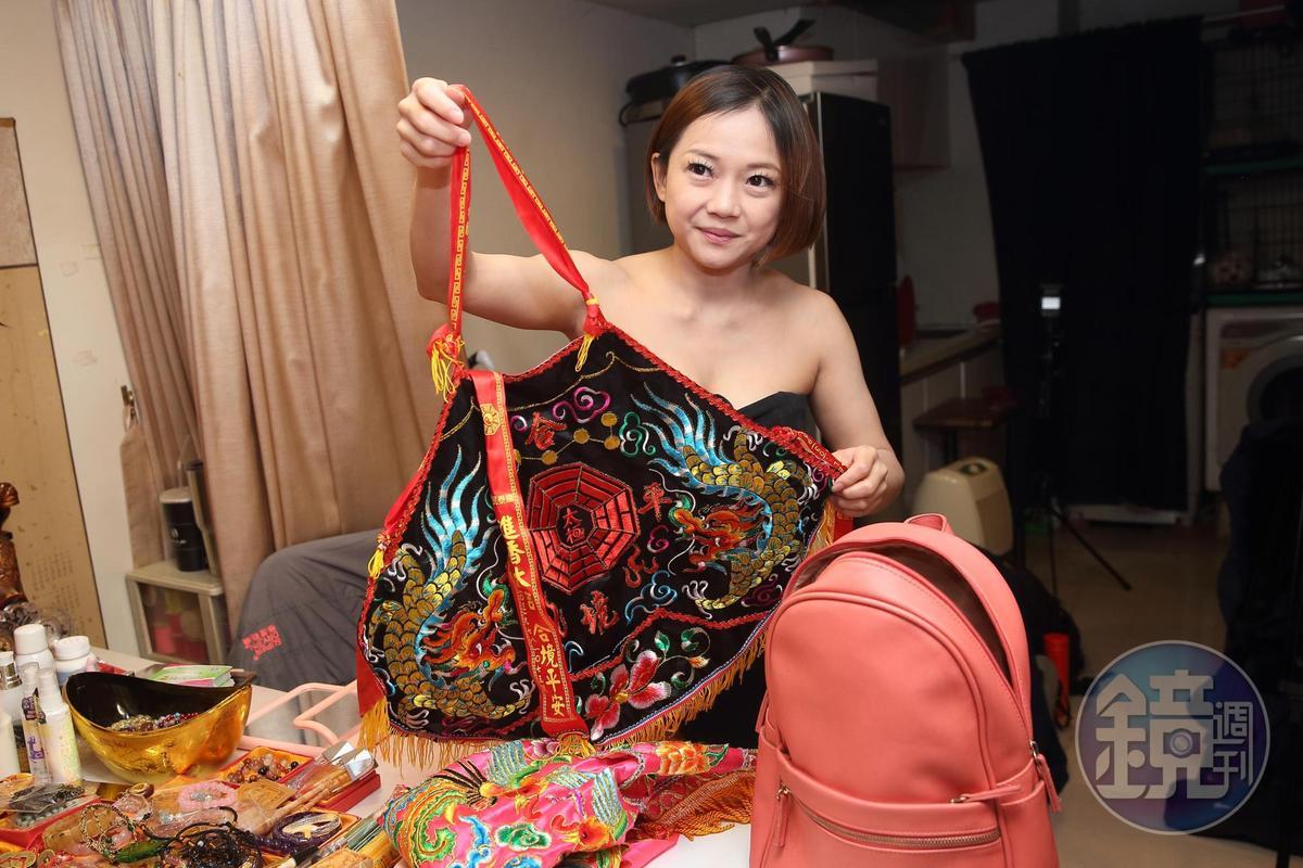 背包裡裝的是鄭安室進香起乩時用的裝備。