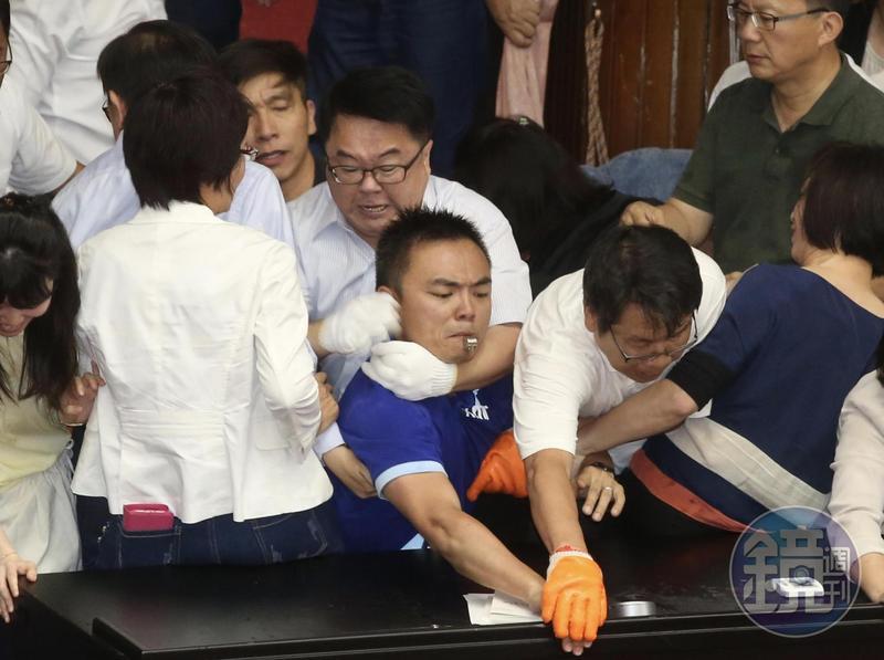 國民黨立委洪孟楷哽咽指控民進黨立委吳秉叡對他勒脖,張宏陸對他扯衣、壓人。