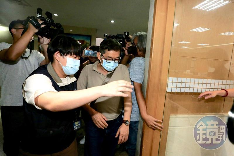 甫退休的調查官郭詩晃移送北檢時,一度喊冤,表示被誣賴,訊後被檢方聲押禁見。