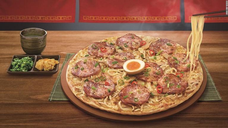 台灣必勝客推出新口味拉麵披薩,消息攻佔日本CNN新聞版面。(翻攝自Pizza Hut Taiwan)