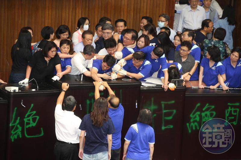民進黨立委進入議場阻止占領,雙方經過一番肢體拉扯,國民黨占領行動在進行近20小時失敗。