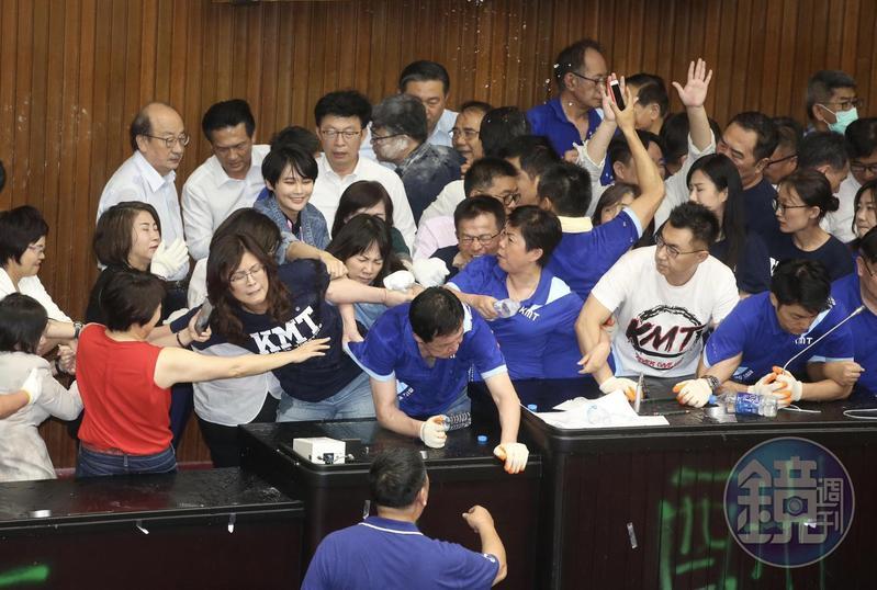 反對陳菊擔任監察院長,國民黨團28日下午衝進立法院議場抗議,藍綠爆發肢體衝突。