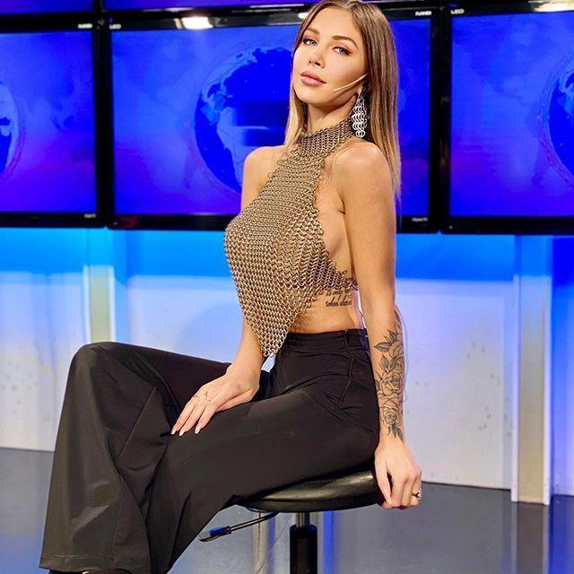女主播ROMINA MALASPINA因穿網狀裝,若隱若現畫面,讓網友暴動。(翻攝自ROMINA IG)