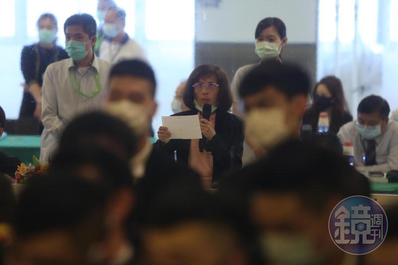 將近5個小時的股東會,董事長林郭文艷(手持麥克風者)都躲在黑衣人士組成的人牆後面。