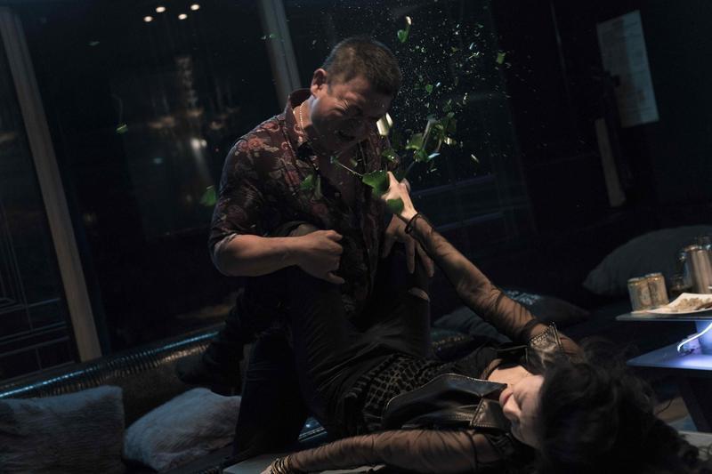 任容萱(下)在《驚夢49天》中險遭性侵極力反抗。(原創娛樂提供)