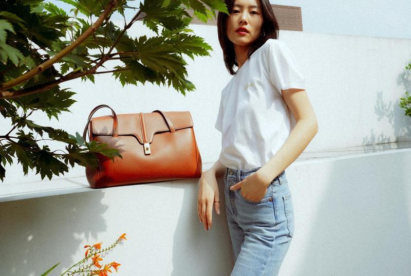 大表姊劉雯一身簡單的穿搭,與CELINE最新的SOFT 16包相得益彰。(CELINE 提供)