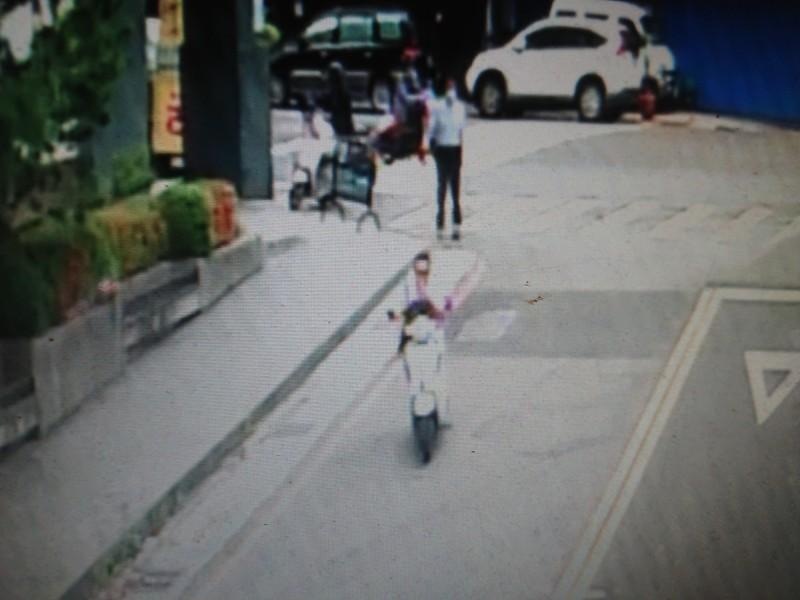 張姓嫌犯騎機車未戴安全帽,匆忙逃逸。(翻攝畫面)