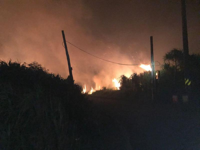 綠島深夜大火,火光照映著夜空,畫面相當驚人。(翻攝自饒慶鈴臉書)