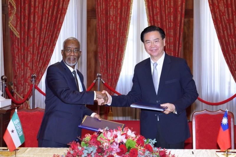 吳釗燮(右)指出,2月時與索馬利蘭外長穆雅辛(左)簽署雙邊議定書,同意互設官方代表機構。(外交部提供)