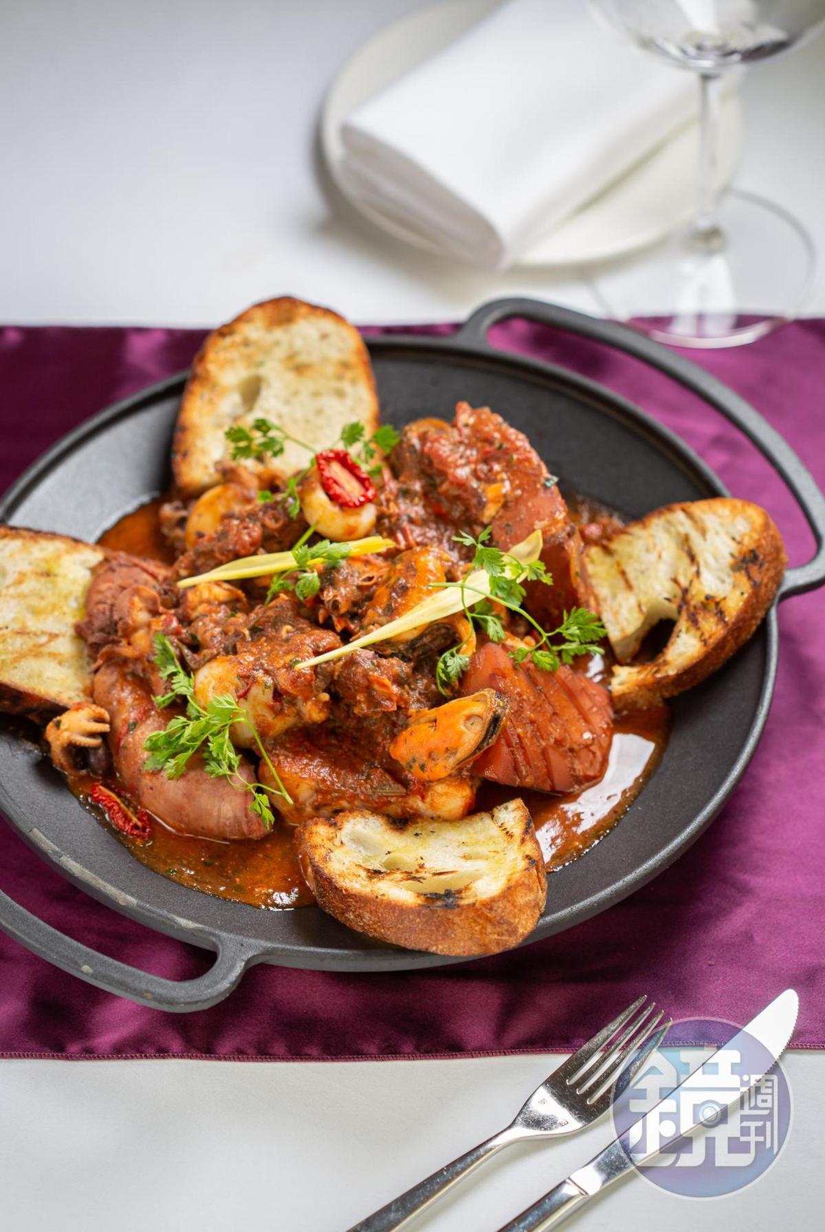 「托斯卡尼燉煮綜合海鮮」選用鮮魚、大花枝、大章魚,需視食材特性分次烹煮,匯聚海味精華。(1,880元/2人份)