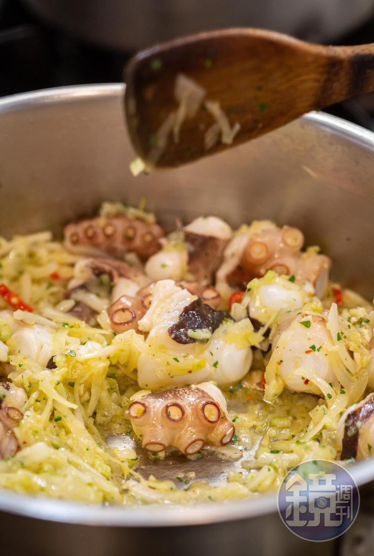 托斯卡尼燉海鮮會先爆香洋蔥、蒜頭,再丟入章魚、花枝翻炒。