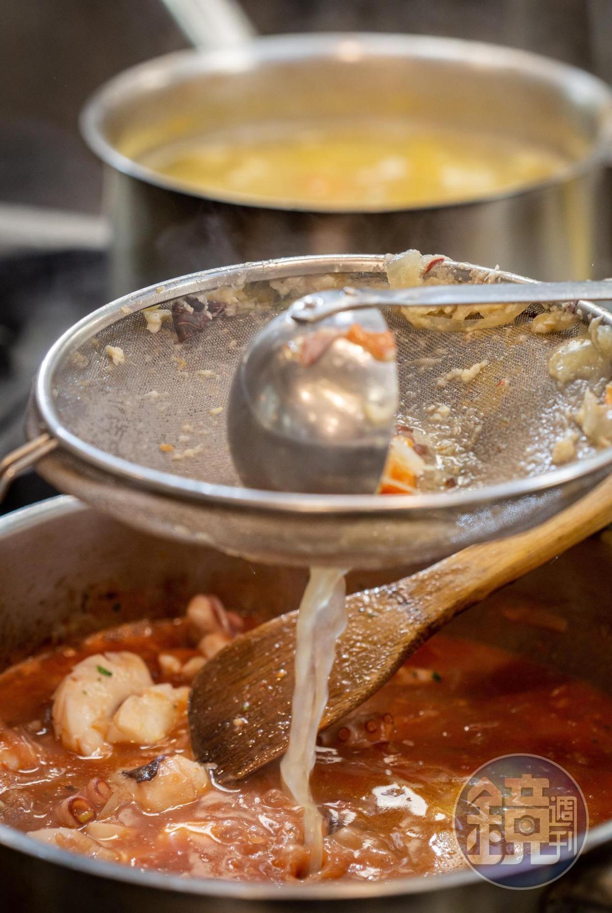 義式燉海鮮會以蔬果魚骨魚頭高湯增鮮。