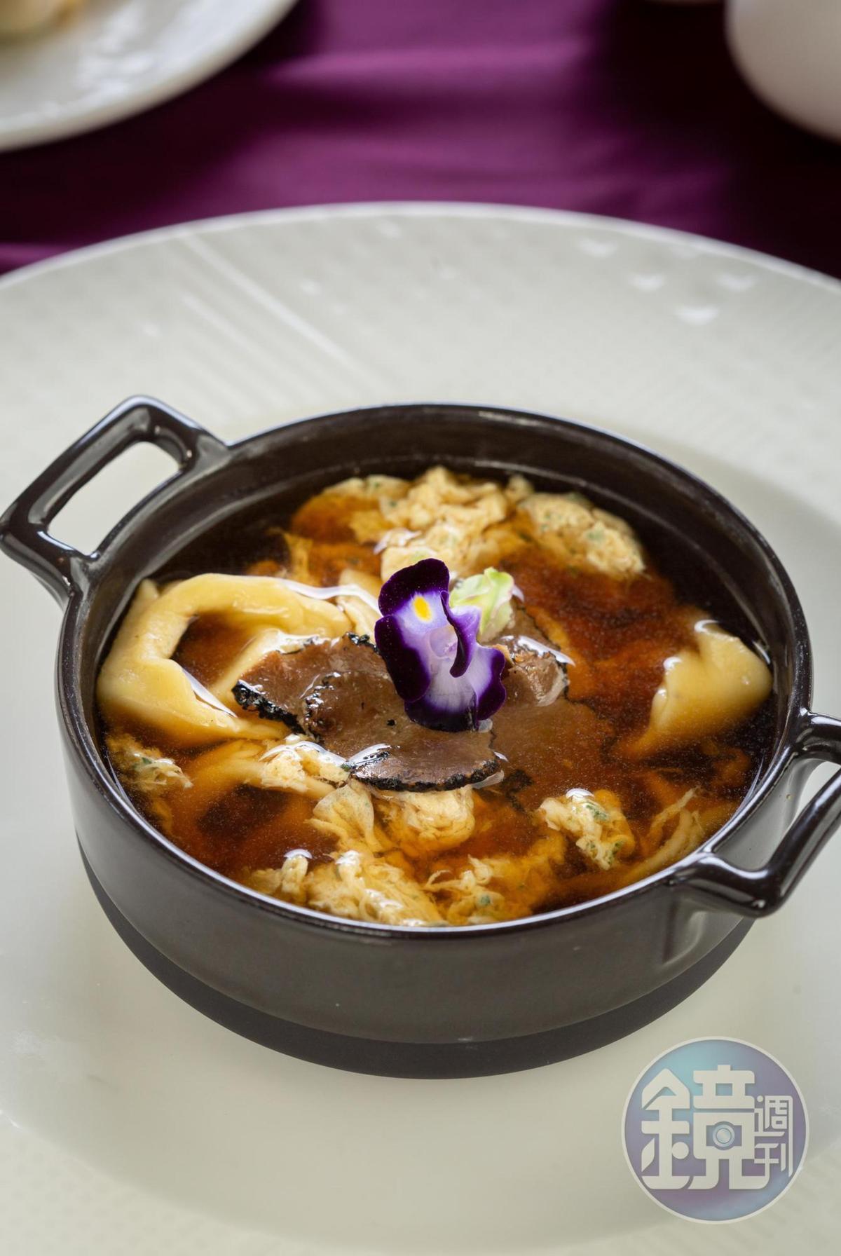 「澄清雞湯佐義大利卡珮萊蒂餃子」以奶奶的家常菜加入創意,在澄清高湯加進折起來像小帽子的卡珮萊蒂餃(Cappelletti)。(3,580元套餐菜色)