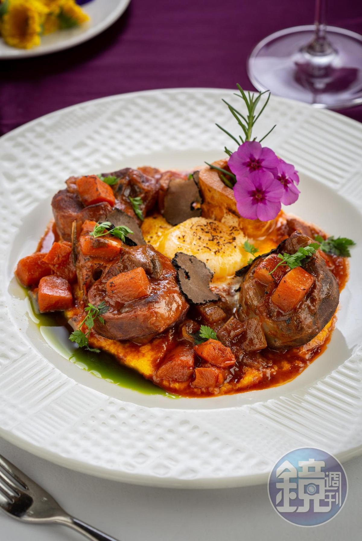 「紅酒慢燉小牛膝佐玉米糕及新鮮黑松露」花上4到6小時燉煮,將番茄、百里香滲入肉裡。(1,280元/份)
