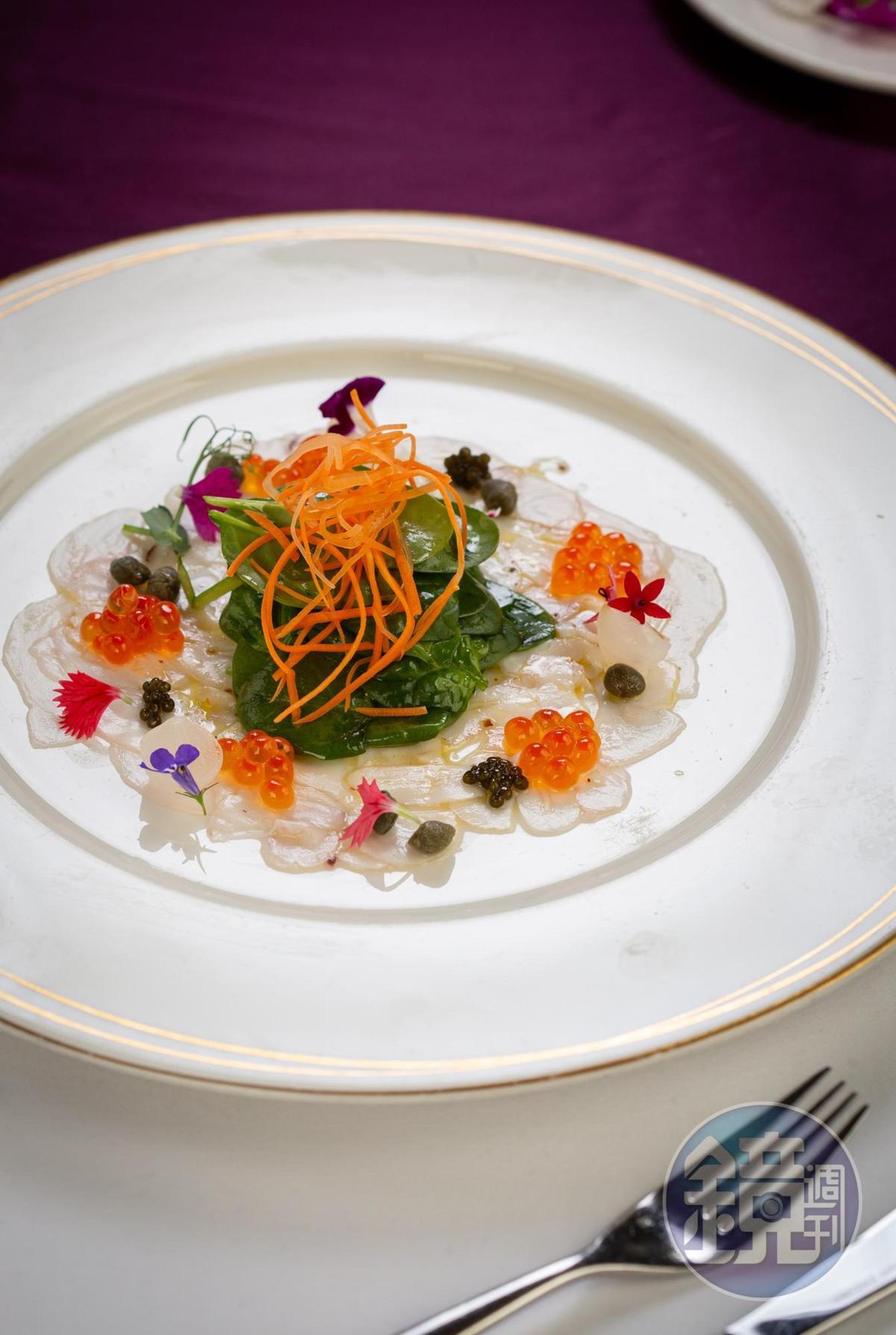 「義式章魚薄片搭配菠菜葉及鮭魚卵」用檸檬汁、蒜頭、巴西里葉,清爽開胃。(480元/份)