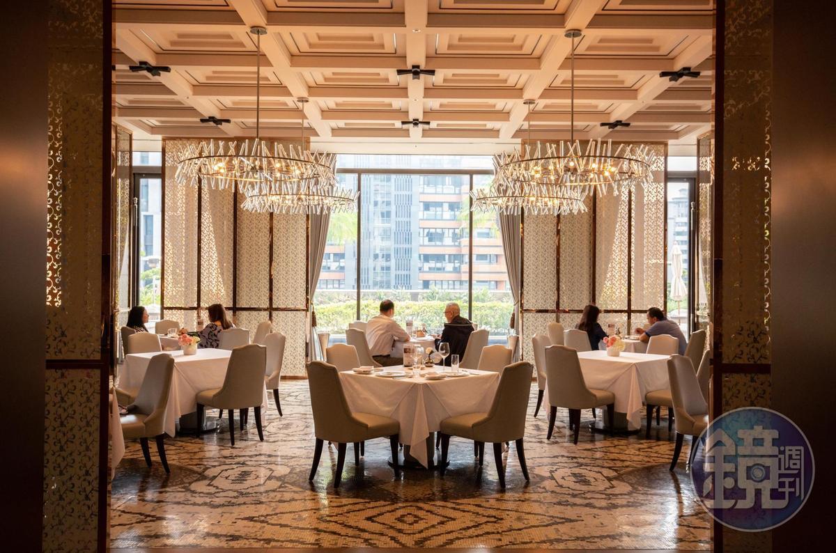 採光明亮、空間挑高,地面鋪設馬賽克拼花石材,展現歐洲高級餐廳風格。
