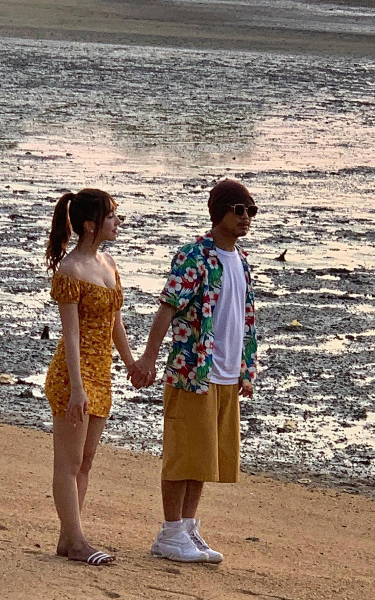 黃明志牽著三上悠亞漫步沙灘,笑說其實自己心裡一直默念心經。(日本pierrot提供)